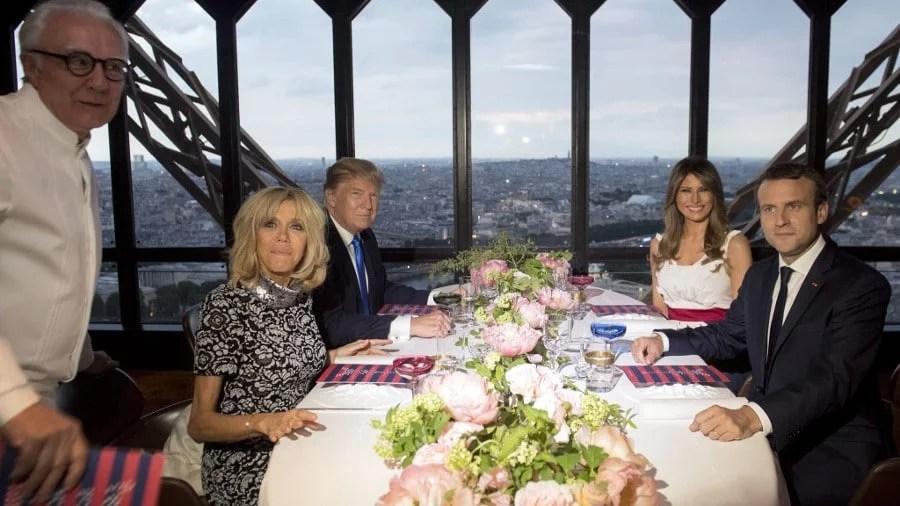 Alain Ducasse et les deux couples présidentiels au restaurant Le Jules Verne sur la Tour Eiffel en 2017