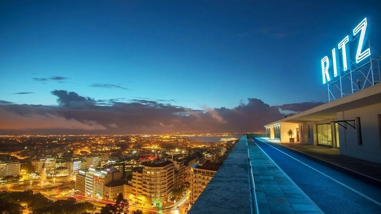 Le Four Seasons Hotel Ritz Lisbon depuis le toit le soir