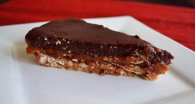 Tarta de crema de dátiles, chocolate y base crocante de almendras.