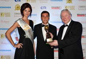 "Graham Cooke, President & Founder, World Travel Awards (rechts) übergibt den World Travel Award als ""Europe's Leading Cruise Line"" an Francesco Paradisi, Senior Manager Business Developmentbei Norwegian Cruise Line (Mitte)"
