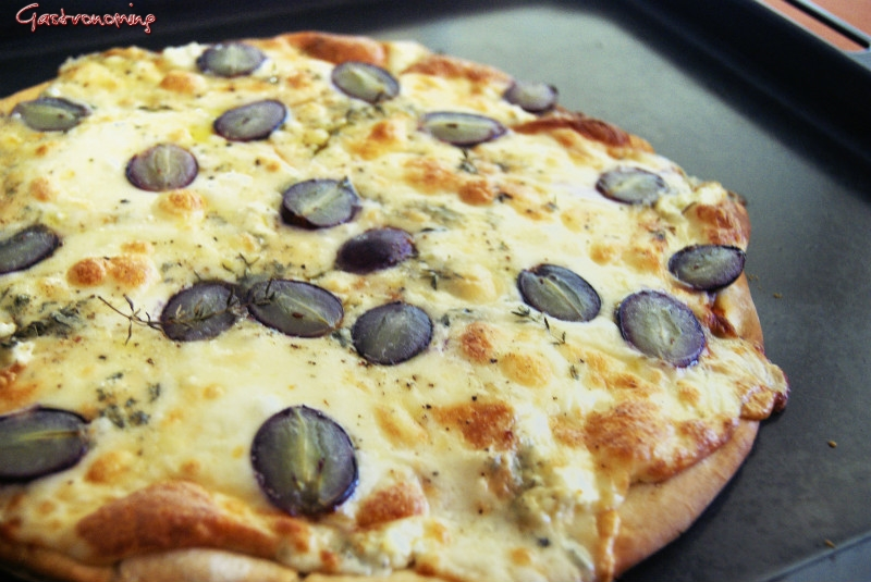 Pizza de quesos y uvas