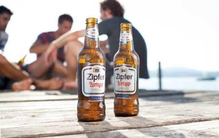 Bier-Fans brauen eigenes Bier in der Brauerei Zipf