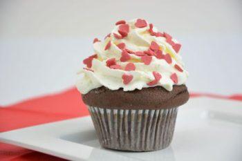 Burger Buns Cookies Muffins online kaufen bei EDNA Der Double-Chocolate-Muffin punktet mit feinsten Stückchen belgischer Schokolade.