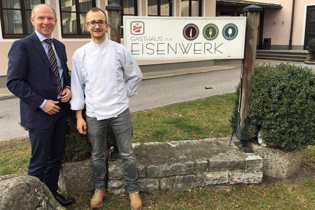 Betriebskantine Haubenlokal : Georg Hemetsberger (l.), Vorstandsvorsitzender im Eisenwerk Sulzau-Werfen, mit Rupert Eibl