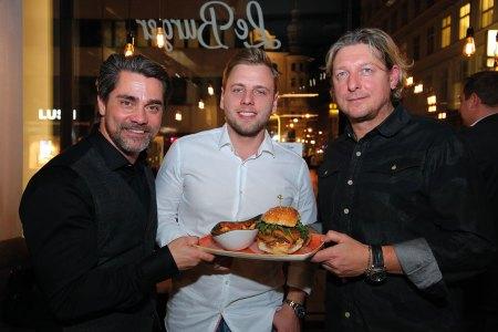 Moderator Andreas Seidl (l.) mit Le burger-Eigentümer Lukas Tauber (M.) und COO Ingo Faust bei der Eröffnung des neuen Standortes
