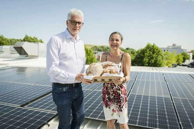 Bäckerei Felber Photovoltaik Roland Kuras (PowerSolution) und Doris Felber (Felber) auf dem Dach der Zentrale der Bäckerei