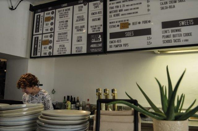 """Konzeption Küche Ehrliches, authentisches Fast Food: """"Wrapstars""""-Mitarbeiterin Sidonie beim Finishing der Speisen"""
