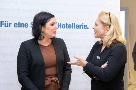 BM Elisabeth Köstinger und ÖHV-Präsidentin Michaela Reitterer freuen sich über den hohen Stellenwert, den der Tourismus im neuen Regierungsprogramm hat