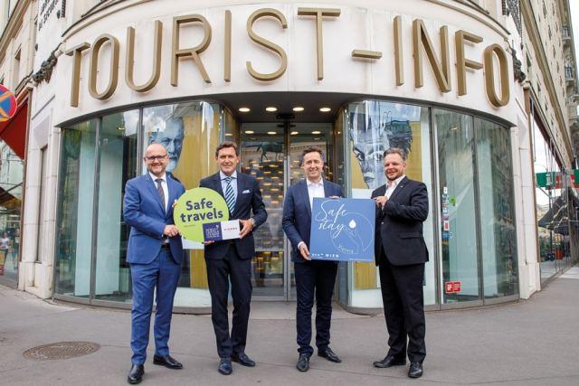Siegel des WTTC v.l.: Tourismusdirektor Kettner, Wirtschaftsstadtrat Hanke, Spartenobmann Grießler, Fachgruppenobmann Schmid