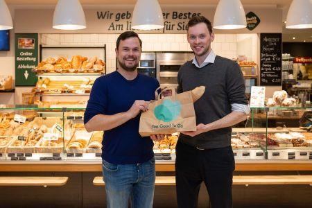 Lebensmittelverschwendung App Sagen der Lebensmittelverschwendung den Kampf an: Georg Strasser (r., Country Manager Too Good To Go) und Anton Haubenberger (Eigentümer und Geschäftsführer Haubis)
