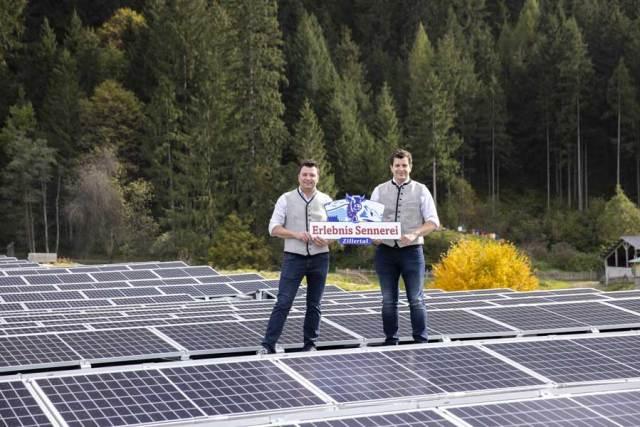 Zillertals größte Photovoltaikanlage Christian und Heinrich Kröll freuen sich über die neue Photovoltaikanlage auf dem Dach der Erlebnissennerei Zillertal