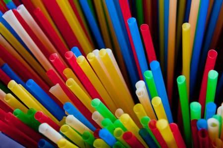 Sodexo verbannt Einwegkunststoff Strohhalme, Plastikbesteck & Co haben ab sofort keinen Platz mehr in den Sodexo-Betrieben.