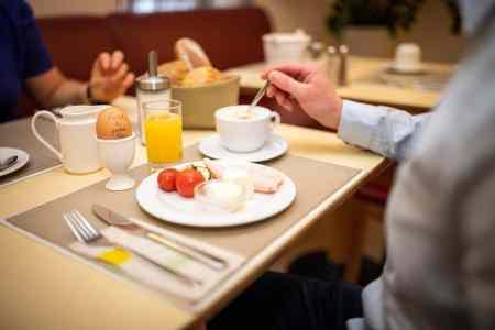Öffnung Gastronomiebetriebe Covid19 Zwischen den Gästen, die nicht an einem Tisch gemeinsam sitzen, muss ein Mindestabstand von einem Meter gewährleistet sein. (Foto: BMLRT/Paul Gruber)