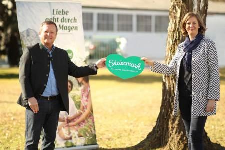 Gratis Gästeregistrierung Tourismuslandesrätin Barbara Eibinger-Miedl und Erich Neuhold, Geschäftsführer Steiermark Tourismus, hoffen auf eine gute Sommersaison für den Steiermark-Tourismus.