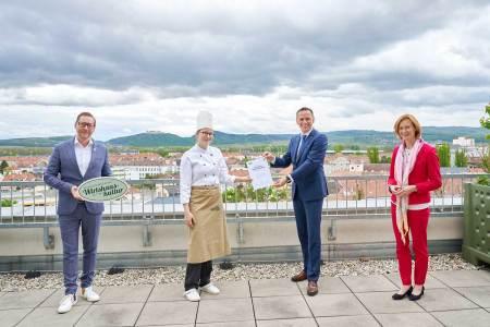 Freuen sich über den Erfolg der Ausbildungs-Initiative (v.l.): Harald Pollak (Obmann der NÖ Wirtshauskultur), Julia Weber (Schülerin der HLF Krems), Tourismuslandesrat Jochen Danninger und Birgit Wagner (Direktorin der HLF Krems).