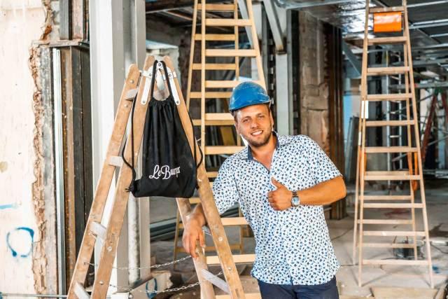 Noch ist es eine Baustelle, aber schon bald will Lukas Tauber hier Burger servieren.