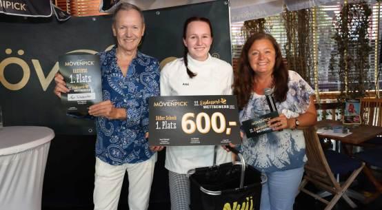Gewinnerin Anja Schabereiter (m., im Bild mit Eva Nikendei und Ossi Schellmann) durfte sich über einen Siegerscheck in Höhe von 600 Euro freuen.