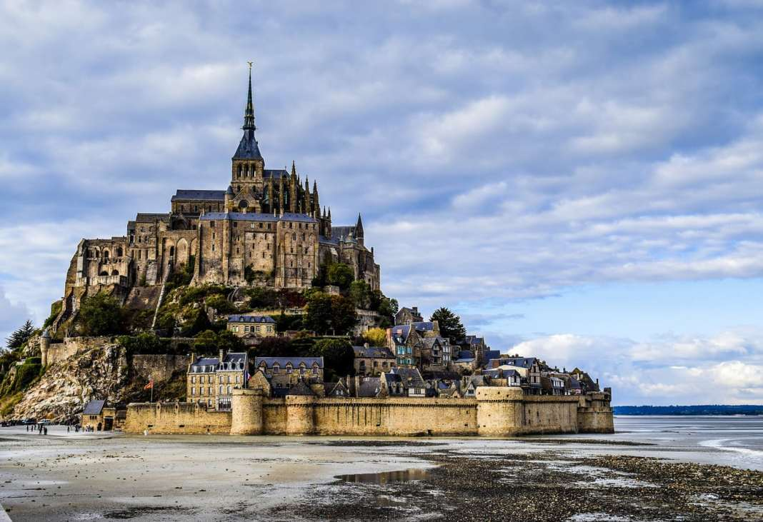 top 10 places in Normandy - #normandy #france #travel #travelblogger #travelblog #montstmichel #entretat #cider #honfluer #rouen #caen #castle #deauvuille #calvados #giverny #monet #bayeux #chateau