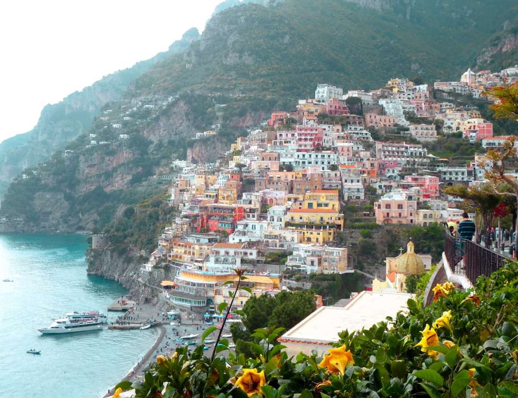 How to spend a day in Positano- #amalficoast #italy #southernitaly #coast #beach #travel #positano #amalfi #sights #whentogo #shopping #whattodo #travel #travelguide