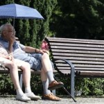 Gatersleben Frauenkommunikationszentrum Seniorentreff Parkbank Sonnenschirm Regenschirm