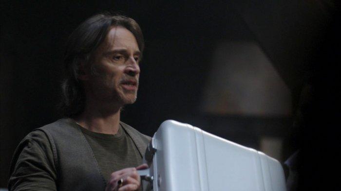Dr Rush (Robert Carlyle)