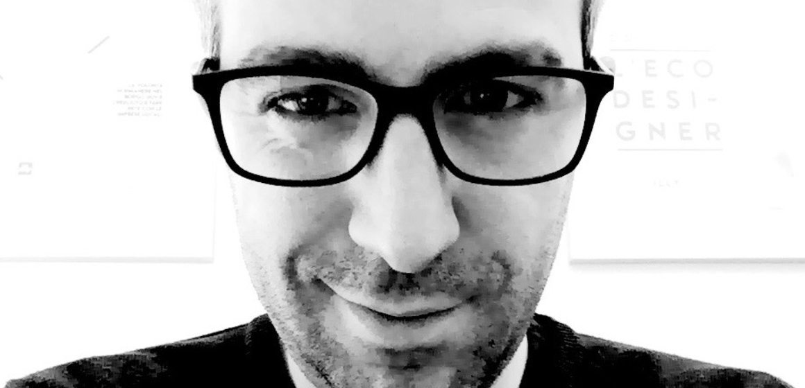 foto di designer con capelli brizzolati ed occhiale nero