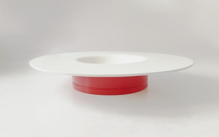 piatto di design in metallo di colore bianco e rosso