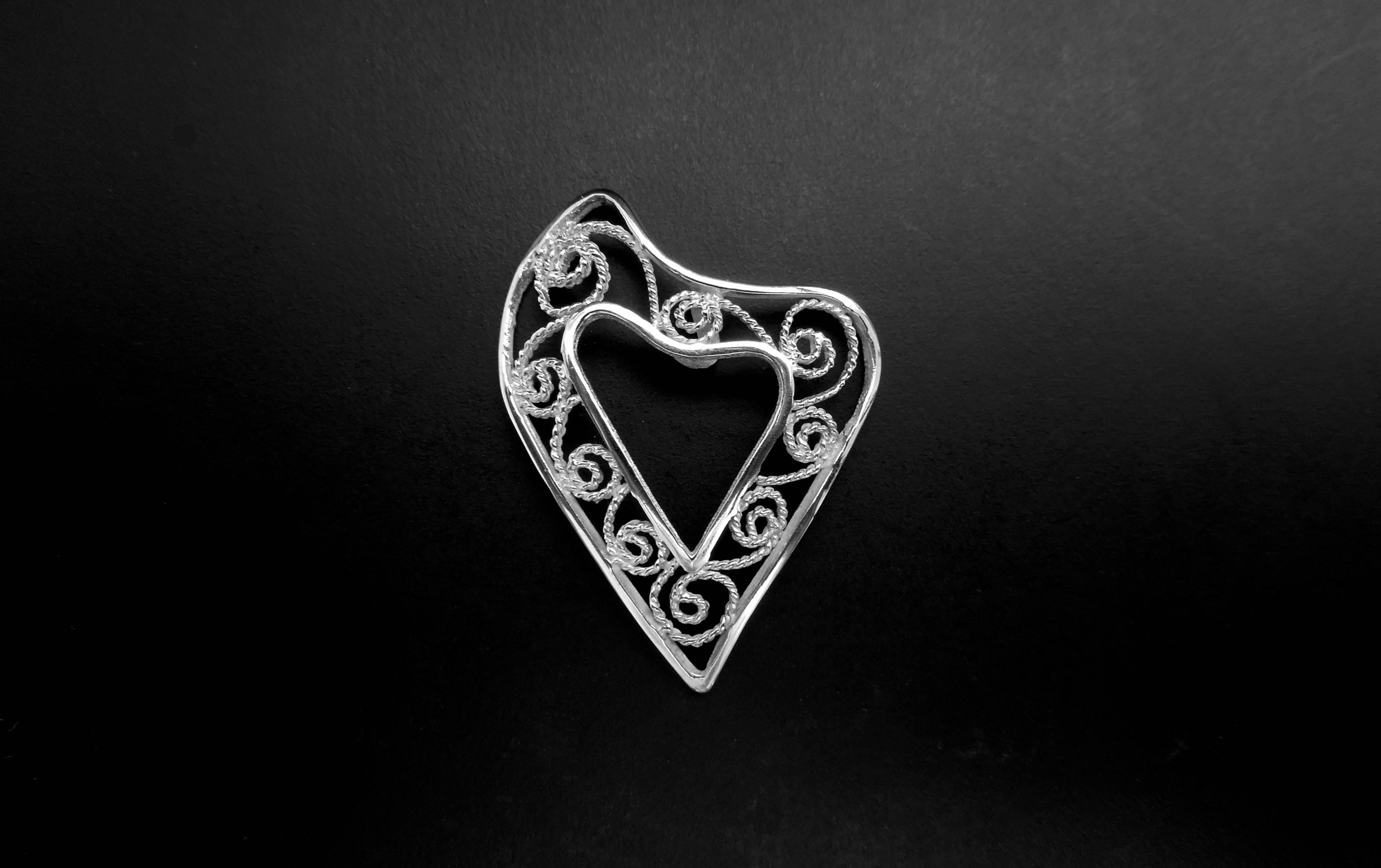 gioiello artigianale in oro a forma di cuore realizzato a mano