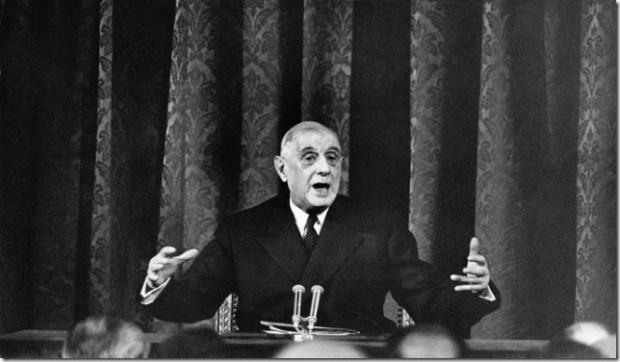 Plan de face du gÈnÈral Charles DE GAULLE gesticulant, assis devant un micro, lors d''une confÈrence de presse ‡ PARIS.