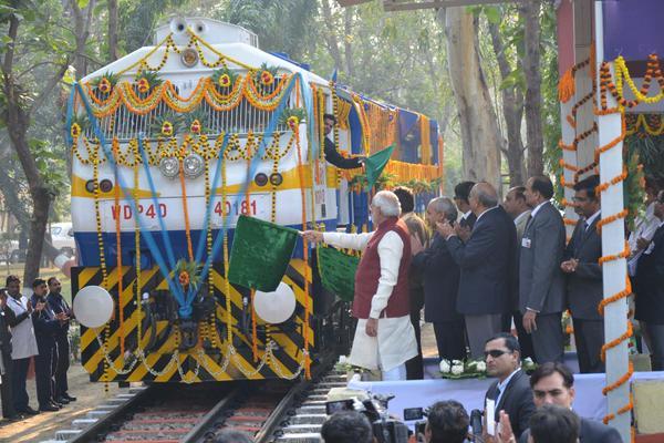 नरेंद्र मोदी ने अत्याधुनिक ट्रेन इंजन राष्ट्र को समर्पित किया