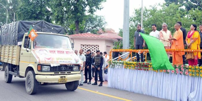 मुख्यमंत्री ने बाढ़ राहत सामग्री से भरे वाहनों को झंडी दिखा कर किया रवाना