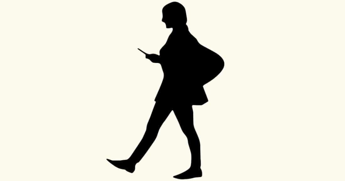 לכתוב מסרונים בהליכה זו סכנת מוות