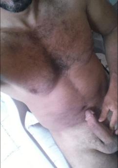 Turc exhibe ses gros muscles et sa bite après la salle de sport