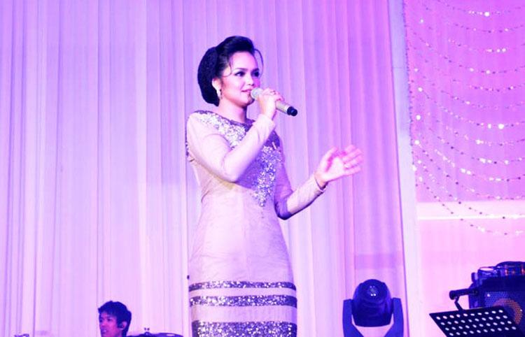 Songbird Datuk Siti Nurhaliza Pays Tribute to Mum