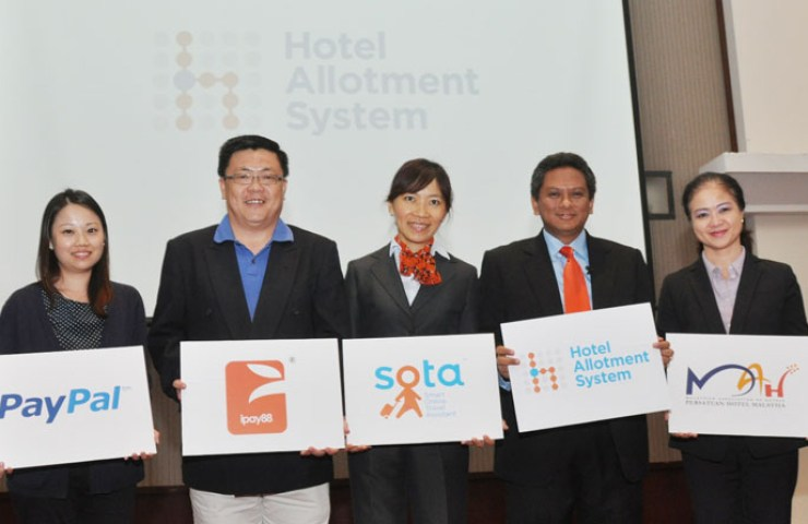 From left to right: Sheryln Chong, Partner Development Manager Southeast Asia & India for Paypal; Chan Kok Long, Executive Director for iPay88; Joanna Liao, CMO of Creative Advances Technology; Rohizam Md Yusoff, CEO of Creative Advances Technology with Christina Toh, VP of Malaysian Association of Hotels (MAH) launching the HAS System.