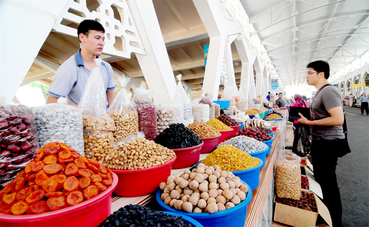 Choosing dried fruits and nuts at Aloy Bazaar