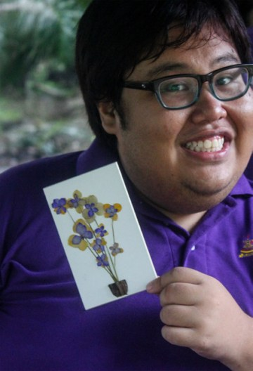The delegate of KSS 2012 showing his pressed flower artwork