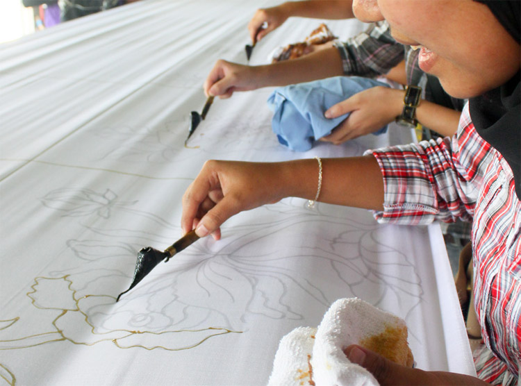 The delegates of KKS 2012 were trying their hands on Batik painting
