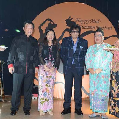 One for the album. (From left – right), Concorde's General Manager, Mr Gary Lee, Saloma's Director, Datin Fatin Fatiha, Concorde & Saloma's Owner, Tan Sri Syed Yusof Tun Syed Nasir, Datuk Kenny Chan @ Bibik Kim Neo flanked by two contestants of Ms Kebaya Wilayah.