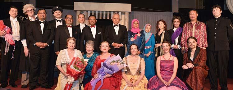Group photo with Co-Opera cast members together with Governor of Melaka, TYT Tun Datuk Seri Utama Mohd Khalil bin Yaakob (4th left, 2nd row); The Right Honorable Chief Minister of Melaka (3rd left, 2nd row); the Melaka State Secretary, YBhg Datuk Hj. Naim bin Abu Bakar (2nd left, 2nd row) and wife Yang Berbahagia Datin Hajah Rafeah Hanim bt Abdul Wahab (6th right, 2nd row); the State Legal Advisor, Yang Berhormat Datuk Meor Hashimi bin Abdul Hamid (1st left, 2nd row) and wife Yang Berbahagia Datin Elya Juliana bt Abdul Wahab (5th right, 2nd row); and Dato' Chua Tiong Moon (2nd right, 2nd row) and wife Datin Chua (4th right, 2nd row)