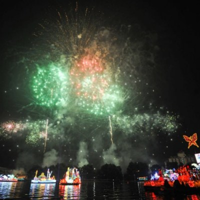 """Dazzling display of fireworks set the sky ablaze at the """"Magic of the Night"""" featuring beautiful floral floats gliding along the Putrajaya Lake. - Credit to vmy2014.com"""
