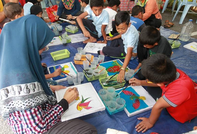 Children participating in  batik canting during Wings of KKB Selangor Bird Race 2015 in Kuala Kubu Baharu. Image by Ghazali from Kosmo