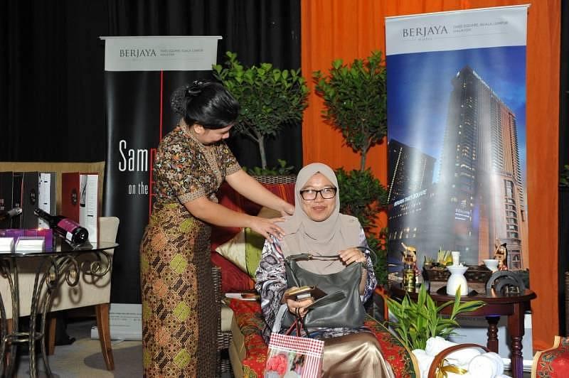 Zalina from AEON Credit enjoying a quick shoulder massage from Bunga Raya Spa therapist