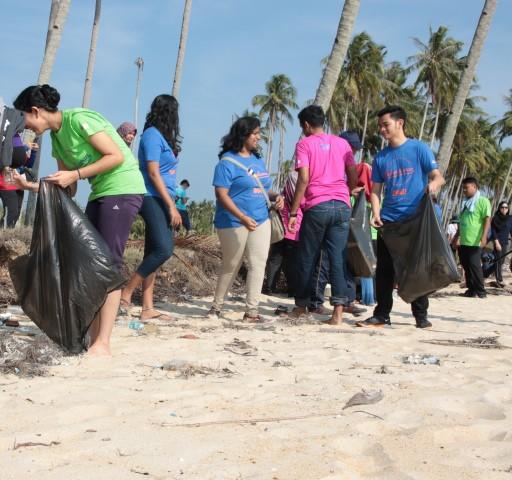 The iM4U volunteers helping to clean up Penarik Beach