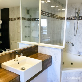 Spacious bathroom equipped with mini jacuzzi