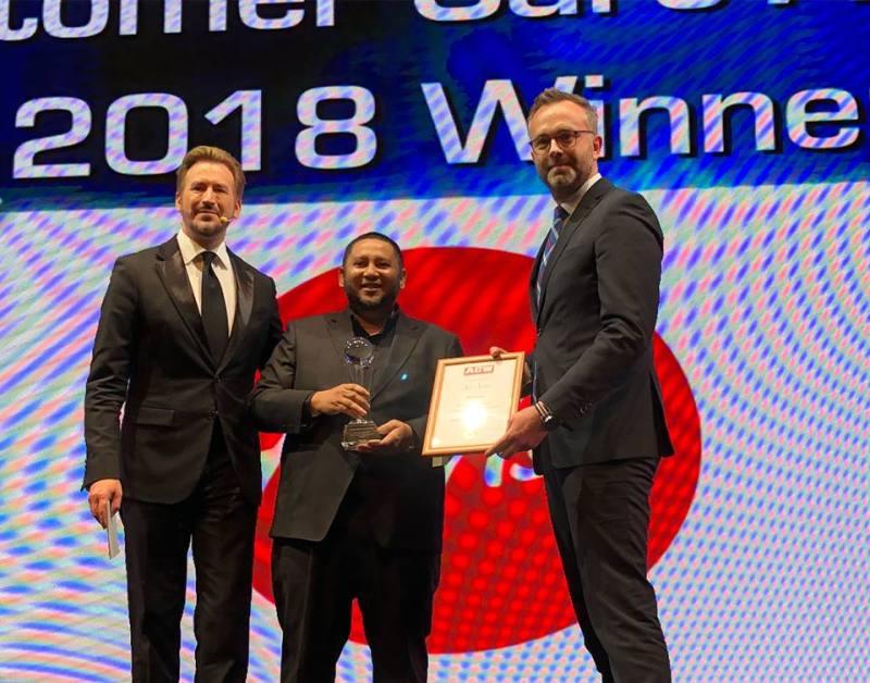 (Middle) Md Hidayat Rahim, Global Head of Cargo, AirAsia Malaysia receiving the Air Cargo Industry Customer Care Award at the Air Cargo Week World Air Cargo Award 2018 in Shanghai, China.