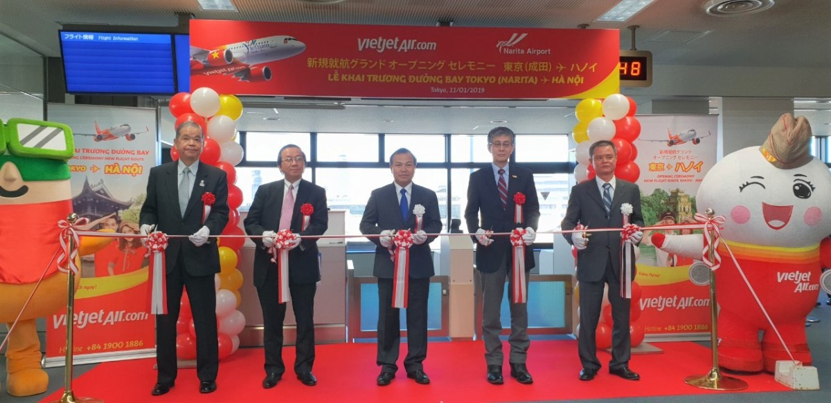Mr. Vu Hong Nam, Ambassador of Vietnam to Japan (middle); Mr. Yasuo Ishii, Administrator of Japan's Ministry of Land, Infrastructure, Transport, and Tourism (2 nd from right); Mr. Makoto Natsume, Narita International Airport Corporation President & CEO (1 st from left) and Mr. Do Xuan Quang, Vietjet Vice President (2 nd from left) join in a ribbon cutting ceremony to mark the opening of the Tokyo – Hanoi route.