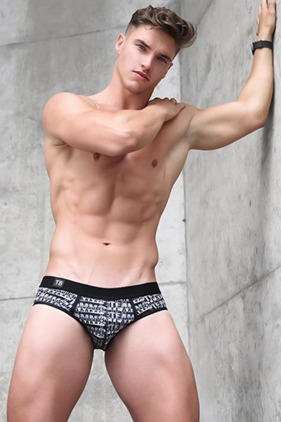 robertjfit-is-looking-hot-for-teamm8-1