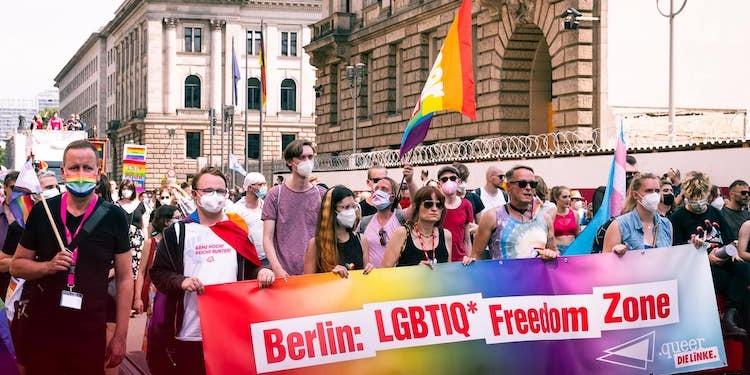 Al Pride di Berlino in 65.000, per chiedere piena tutela delle persone Lgbt+ in Polonia e Ungheria