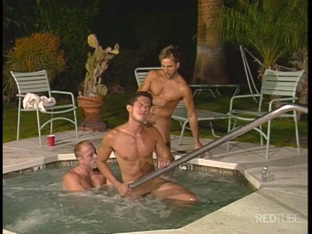 Gay scopano in piscina  GayQueer